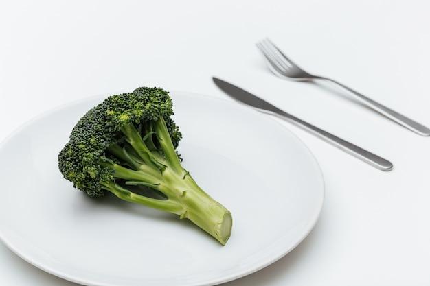 皿にフォーク、ナイフ、ブロッコリー