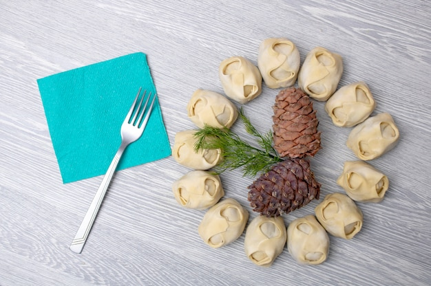 フォーク、ナプキン、松の実の周りのカマキリ、アジア料理