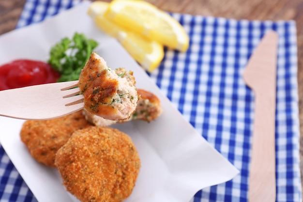 접시, 근접 촬영 위에 맛있는 연어 패티의 조각으로 포크