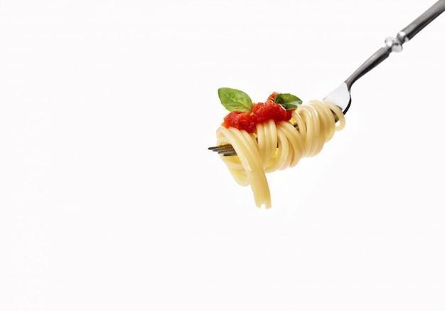 Вилка со спагетти, помидорами, лососем и базиликом