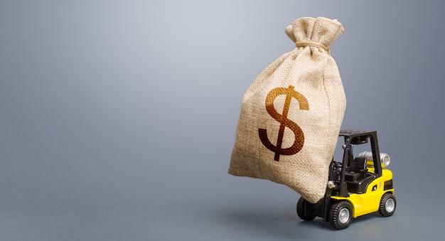 Вилочный погрузчик, несущий мешок с деньгами в долларах. антикризисный бюджет. сильная финансовая помощь
