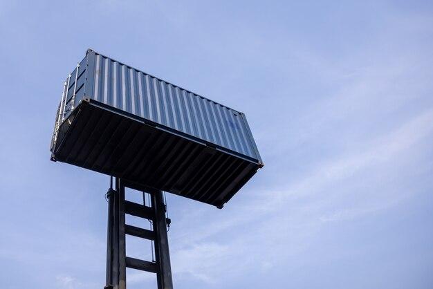 지게차 처리 컨테이너 상자와 푸른 하늘 배경