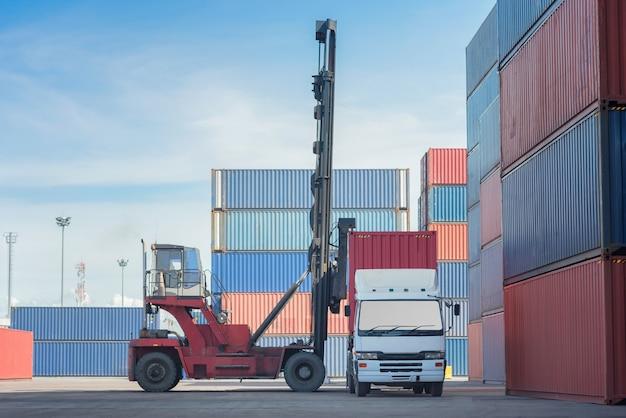 Погрузка контейнера для погрузчика в грузовик