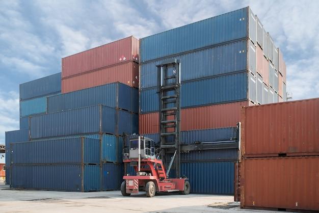 Погрузка погрузчика контейнера для погрузчика в контейнеровозе для перевозки грузов Premium Фотографии