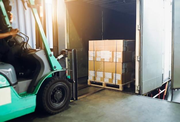 Вилочный погрузчик погрузка коробок в грузовой контейнер склад логистика транспорт