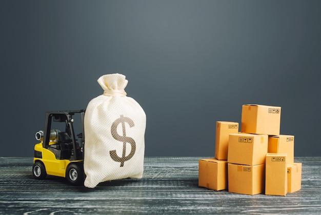 フォークリフトトラックは、米ドルのドルのお金の袋を運ぶ