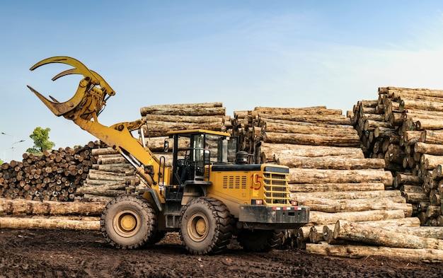 Вилочный погрузчик захватывает древесину на деревообрабатывающем заводе