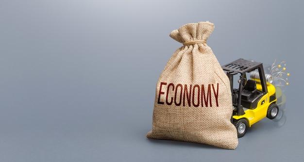 국가 경제에 큰 피해를 주는 이코노미 컨셉으로 가방을 들어 올릴 수 없는 지게차