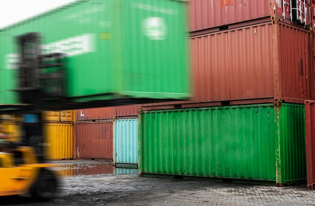 Carrello elevatore che scarica una scatola di container