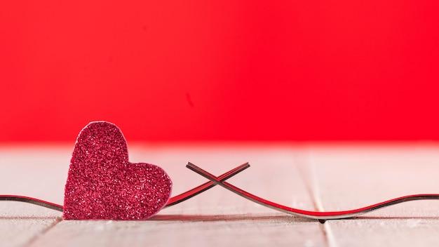 Вилки и сердечное праздничное меню на день святого валентина копировать пространство