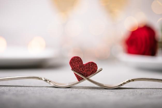 フォークとハート。バレンタインデーのホリデーメニュー。