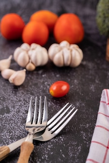 フォークトマトとニンニクを調理します。セレクティブフォーカス。