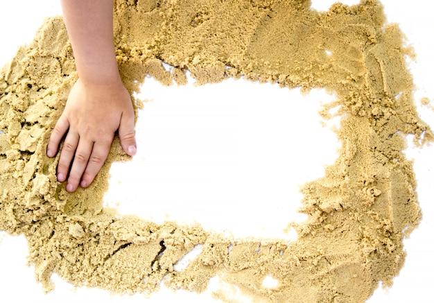 흰색 배경에 격리된 텍스트를 위해 손으로 모래 사각형을 형성합니다.