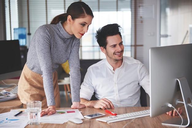 Формальные деловые люди, работающие на компьютере
