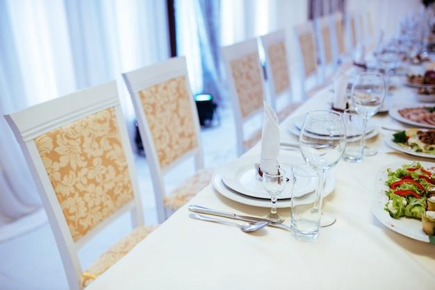 우아한 유리 그릇으로 저녁 식사 테이블에 공식적인 세련된 설정