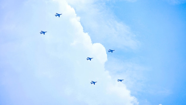 遠い空、青い空、日本を飛ぶ飛行機の形成