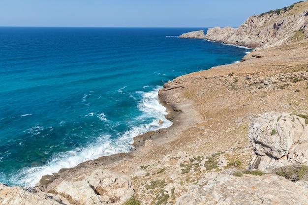 포르멘테라, 발레아레스 제도. 지중해 바다와 바위가 있는 모래 해변의 오버 헤드 보기.