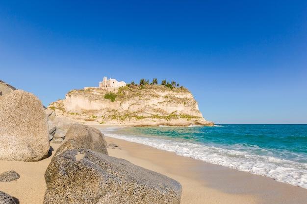 산타 마리아 섬의 성역 위에있는 4 세기 수도원