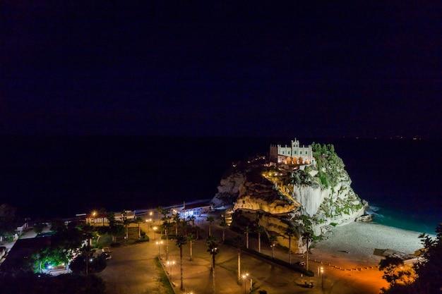 산타 마리아 섬 트로 페아의 성역 위에있는 이전 세기 수도원