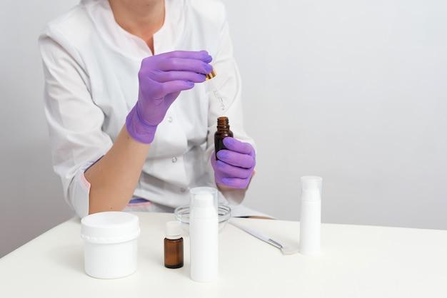 個人使用のためのスキンケアの処方と混合。化粧品のブランクボトル容器と科学的なガラス製品。美容製品のコンセプトを研究・開発します。