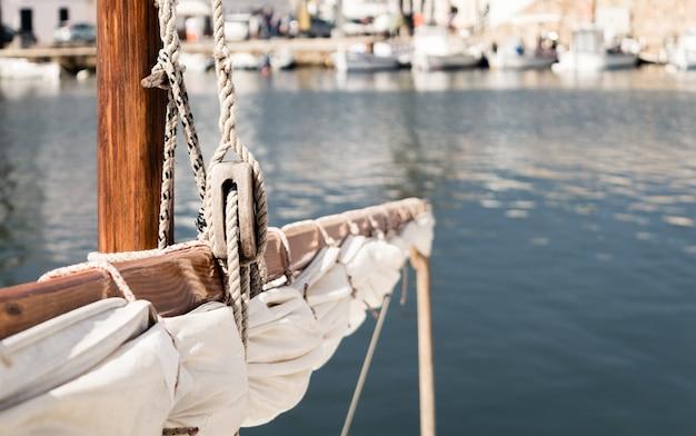 Fornells、メノルカ島、バレアレス諸島の港で伝統的な漁船のクローズアップ。