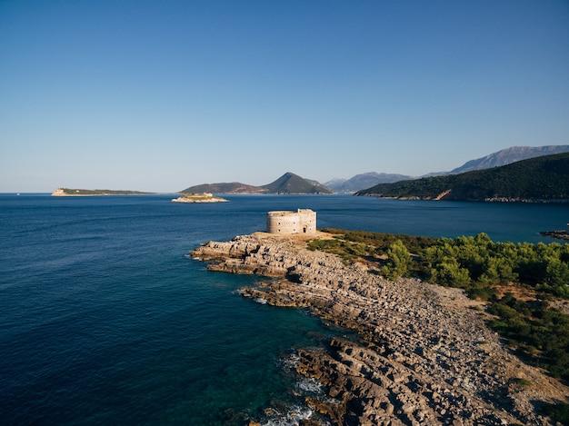 루스티카 요새 반도에있는 아드리아 해의 몬테네그로 코 토르 만에있는 아르 자 요새