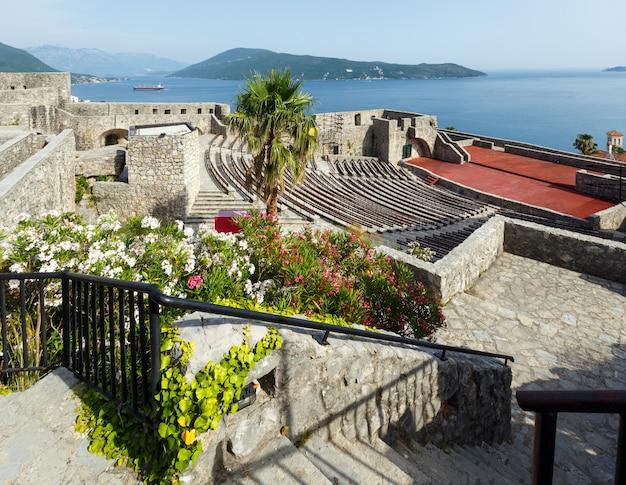 Летний вид на замок форте-маре и которский залив (герцег-нови, черногория)