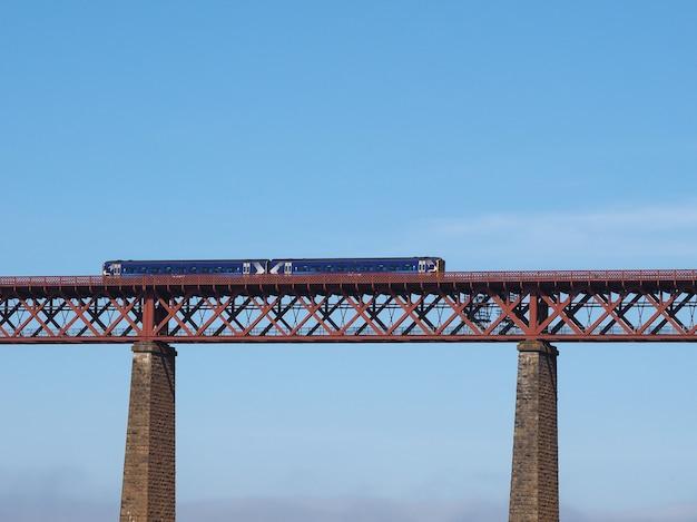 エディンバラのフォース湾に架かるフォース橋