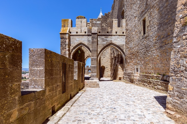 カルカソンヌの町の城壁をつなぐ要塞化されたアーチ