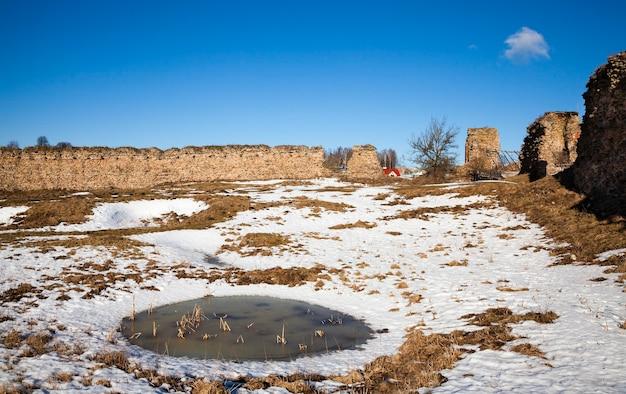 要塞の廃墟-建造物の一部。要塞遺跡