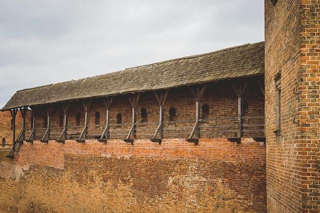 Крепостная стена средневекового замка, историческая ценность, туристический маршрут