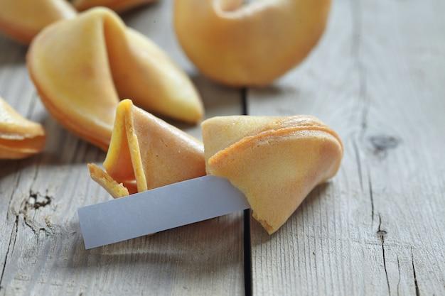 Печенье с предсказаниями на деревянном столе