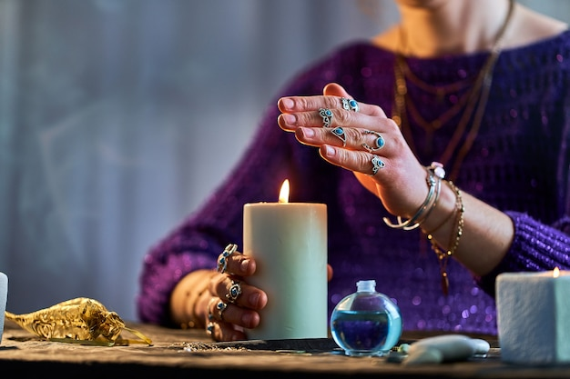 Гадалка, использующая пламя горящей свечи для колдовства, гадания и гадания. духовная эзотерическая паранормальная магическая ритуальная иллюстрация