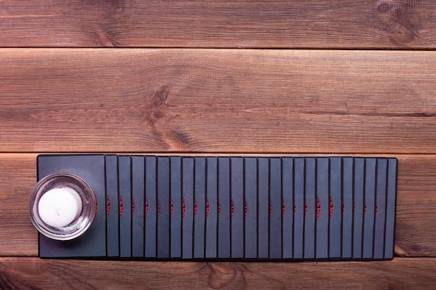 木製のテーブルに占いカード。上面図。ルーン文字カード。