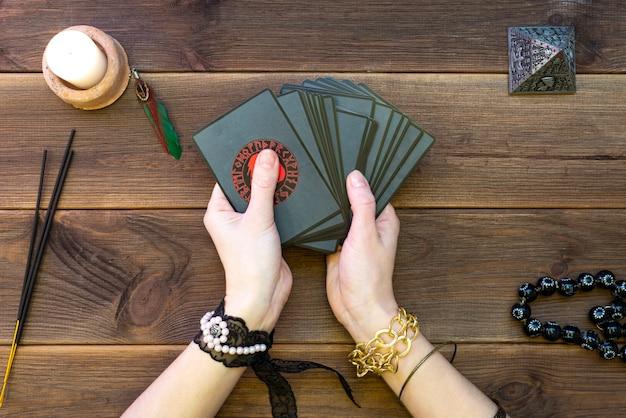 占いカード、木製のテーブルに占いのルーン文字カード。スクライブアクセサリー。上からの眺め。