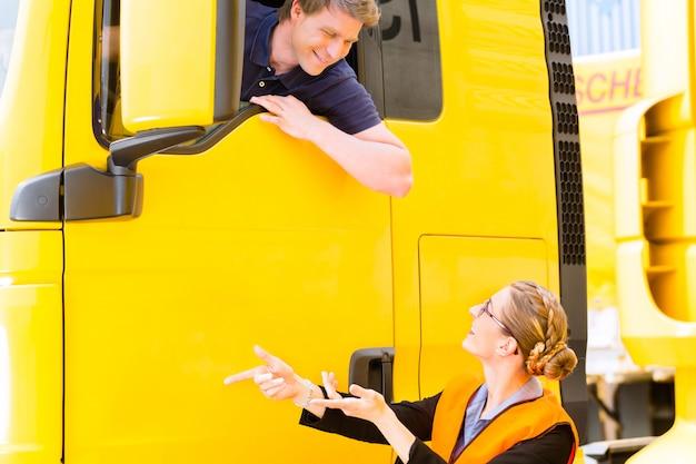 Экспедитор или водитель грузовика в кепке водителей