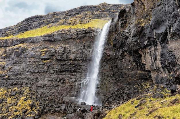 Водопад фосса на острове стреймой на фарерских островах. дания