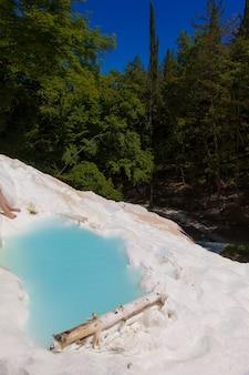 Fosso bianco, 토스카나, 이탈리아. 이 멋진 자연 지역의 바닷물.