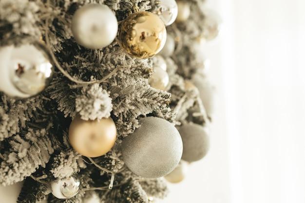 装飾されたクリスマスツリーゴールデンスタイル。クリスマスの背景。スペースfotテキスト