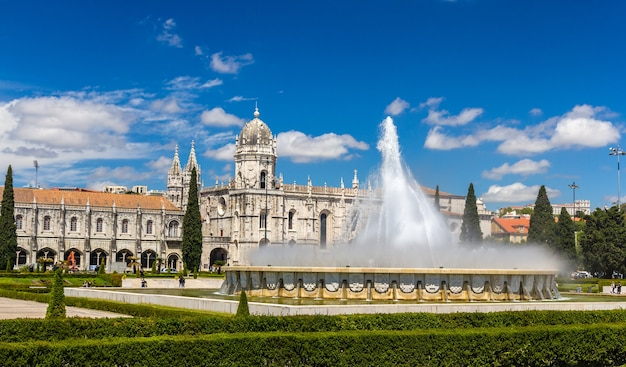 Фонтан перед монастырем жеронимуш в лиссабоне, португалия