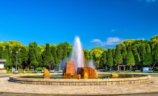Фонтан в парке замка осаки в осаке, япония