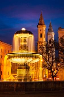 Geschwister-scholl-platzと聖ルートヴィヒ教会の噴水