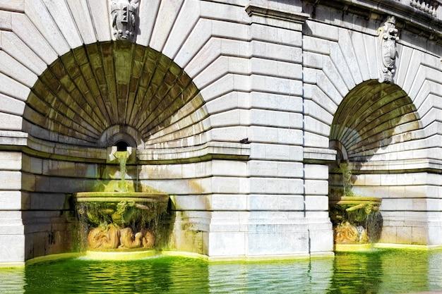 フランス、パリ、モンマルトルのサクレクール寺院近くの噴水。