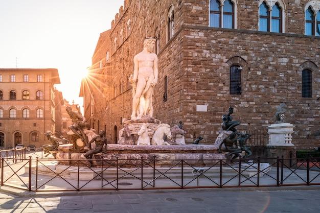 Piazza Della Signoria의 분수 해왕성. 일출보기, 빈 사각형. 피렌체, 이탈리아. 프리미엄 사진