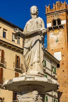 Фонтан богоматери вероны на площади пьяцца делле эрбе в вероне, италия. фонтан был построен в 1368 году кансиньорио делла скала.