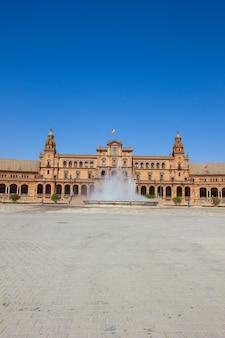 Фонтан на площади испании, в севилье, испания