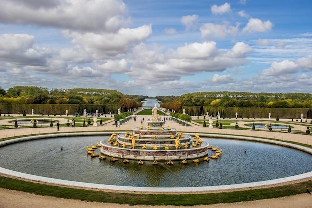 Фонтан версальских садов в версале, франция