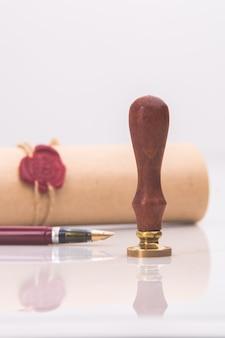 Перьевая ручка и старая нотариальная сургучная печать на