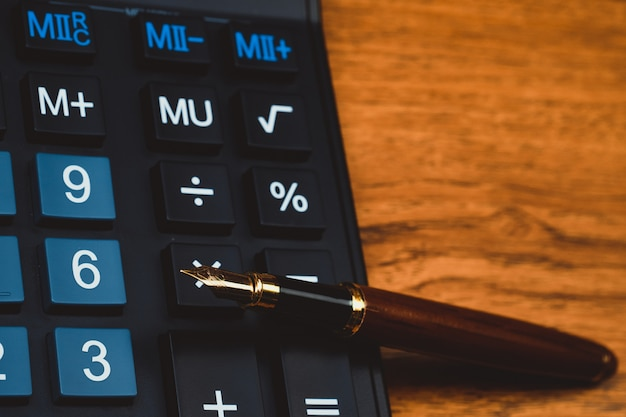 Fountain pen or ink pen with calculator