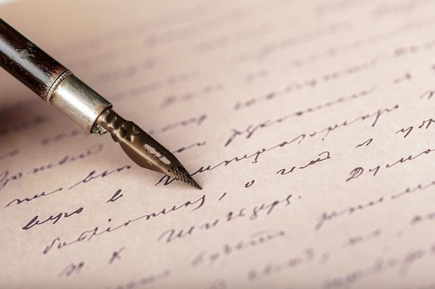 アンティークの手書き文字に万年筆 Premium写真